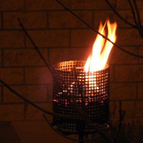 Pelletfakel abends brennt